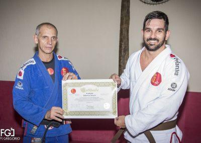 Recebendo o certificado de Escola Afiliada Oficial das mãos do Mestre